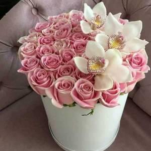 Орхидеи и розовые розы в белой коробке R785