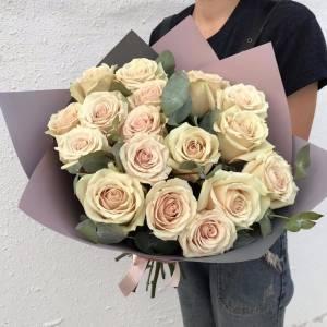 Букет 25 крупных кремовых роз с зеленью и оформлением R1237